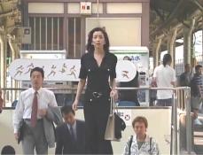 新橋の駅まホームを上がり、久木を見つけた凜子