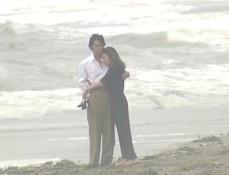 鎌倉の海に寄り添う久木と凛子