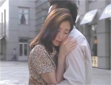 病院の外で久木の胸に飛び込む凜子
