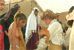 上半身裸にされた女の子に上着を着せようとするジェフリー
