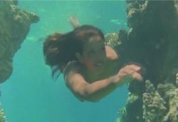 海の中、ジェフリーを追って