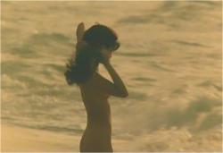 全裸になって海に入ろうとしているサラ
