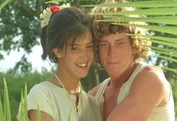 猿のドク見て微笑んでいるサラとジェフリー