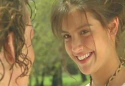 ジェフリーに飛び切りの笑顔を見せるサラ