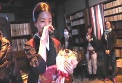 オールアップの花束をもらって涙ぐむし祥子