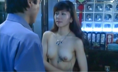 乳房が露出