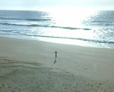海に入っていく愛美