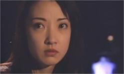 永井の顔を見ている直子