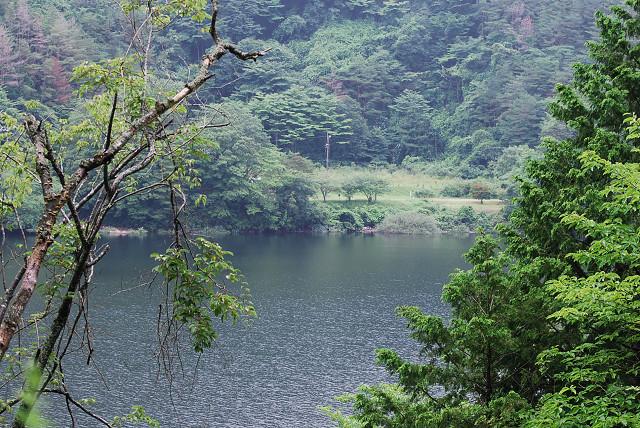 三河湖の対岸が見える