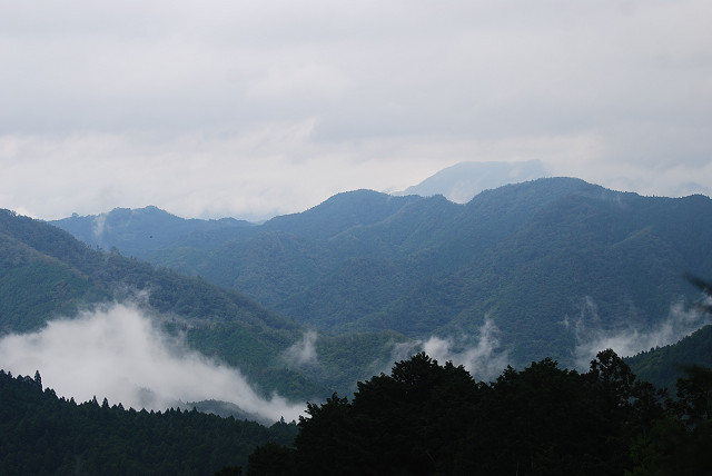 雨雲が垂れこめた山