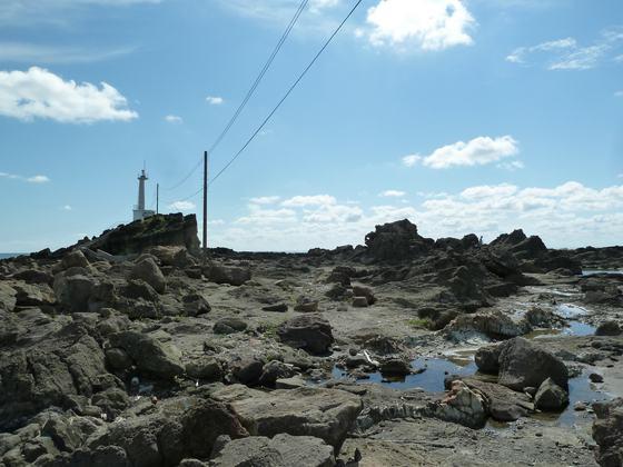 ゴツゴツとした岩場が広がる潮瀬崎周辺