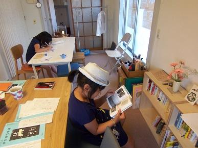 そういち文庫で本を読む帽子の子