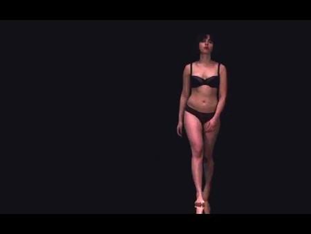 『アンダー・ザ・スキン 種の捕食』 スカーレット・ヨハンソンは男を誘い、黒い空間に呼び込む。