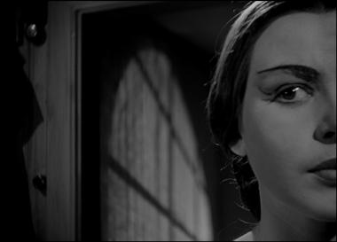 『夏の遊び』 現在のマリー(マイ・ブリット・ニルソン)は夜の劇場で不穏な何かを感じ取る。