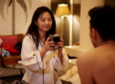 『さよなら歌舞伎町』 デリヘル嬢のイ・ウンウ。客からも愛されてプレンゼントを受け取る。