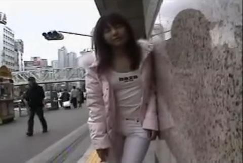 アダルト動画:駅前で