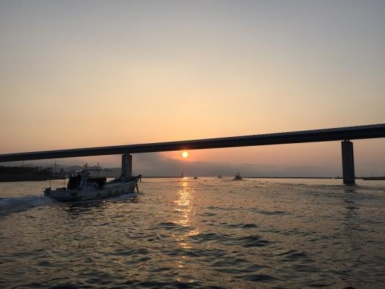 20150815000_ハイヤ大橋と朝日