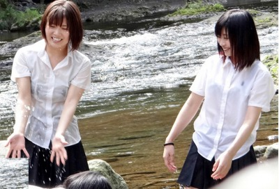 川辺で遊ぶ無防備な田舎10代小娘がズブ濡れでお乳が透けて見えてちんこがもう限界・・・・(強姦)