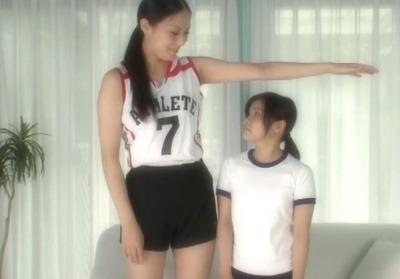 身長182cm×身長135cm☆現役バレーボール女子選手とチビっ子の身長差4P☆(内田真由 江川小春)