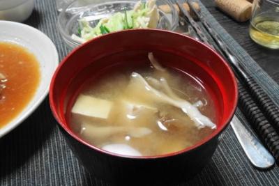 豆腐とキノコの味噌汁