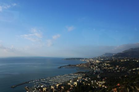 イタリアのジェノバへの車窓から海