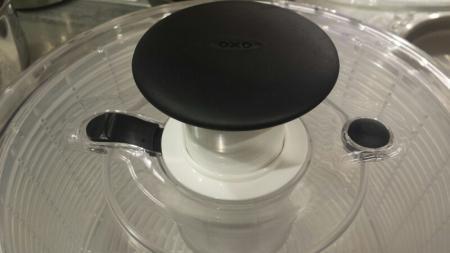 OXOサラダスピナーはプッシュ式で押すだけでかなりの回転力