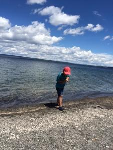 Yellow stone lakeで水遊びする息子