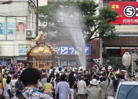大通りを神輿が進む