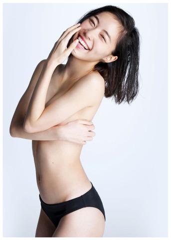 "SKE48松井珠理奈(18):初の写真集で大胆""手ブラ""披露 「かなり恥ずかしい」"