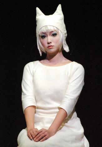 """深田恭子、""""白ねこ""""姿公開「切なく、愛おしい」-ミュージカル『100万回生きたねこ』"""