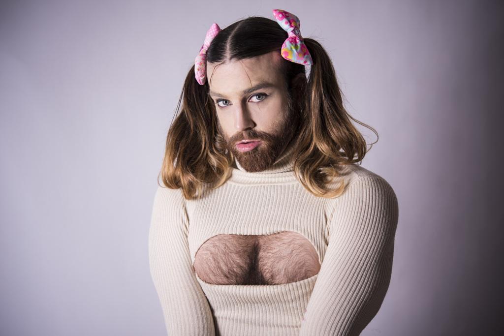 胸開きタートルネックを着た永遠の髭少女・レディービアード