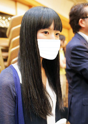 ピース又吉直樹の編集者、文芸春秋編集部の浅井茉莉子のマスクをした顔