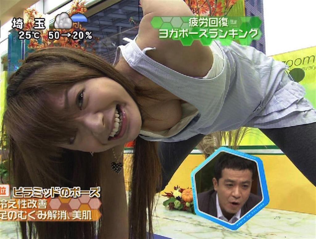 ヨガのポーズをとって乳首ポロリぎりぎりの胸チラをする八田亜矢子