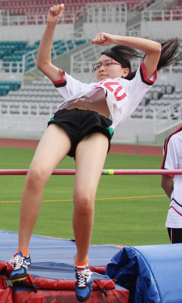 棒高跳びをする女の子の胸チラ