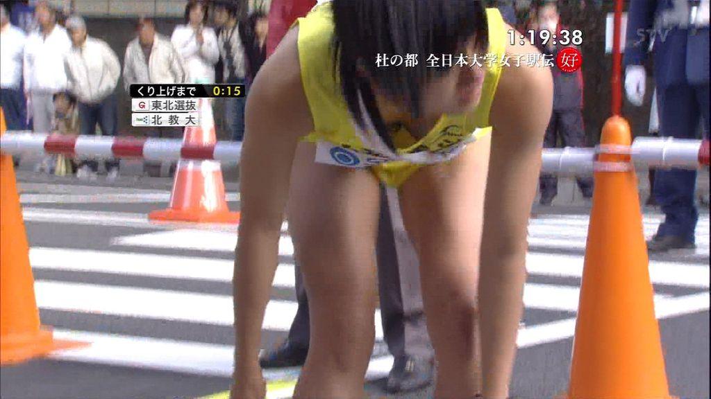 陸上ユニフォームを着た女の子がかがんで胸チラ