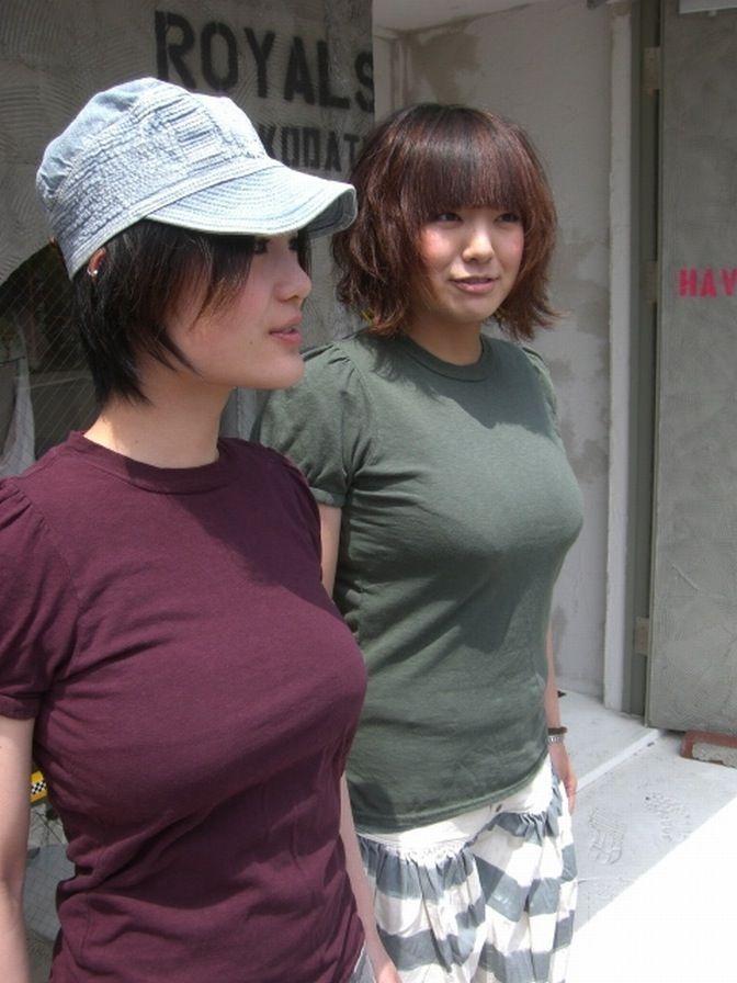 Tシャツを着たロケットおっぱいの女