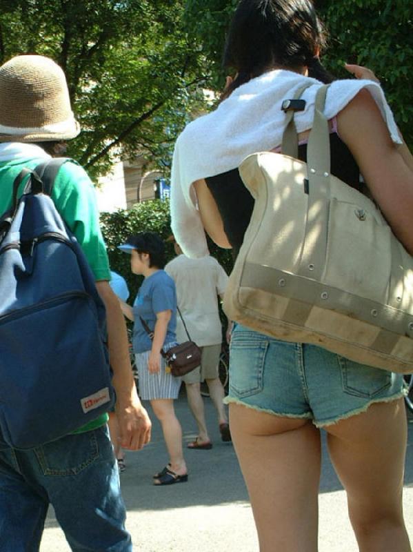 短すぎるショートパンツを履いてハミケツしてる女