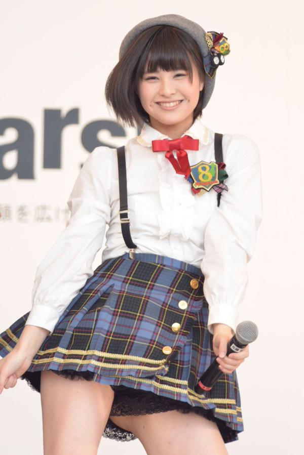 超ミニスカ衣装で見せパンからハミ尻してるAKB48・佐藤栞