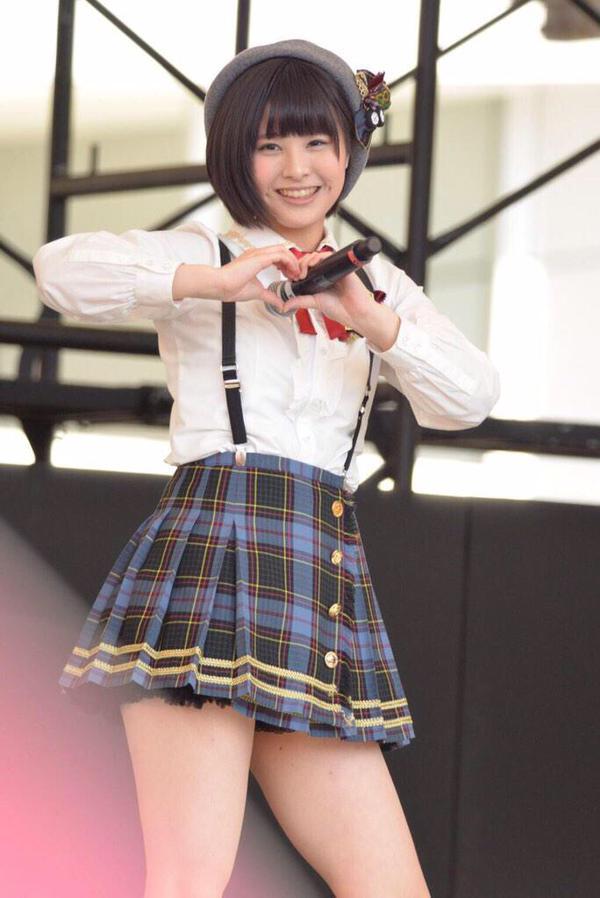 超ミニスカ衣装で太もも丸出しのAKB48・佐藤栞