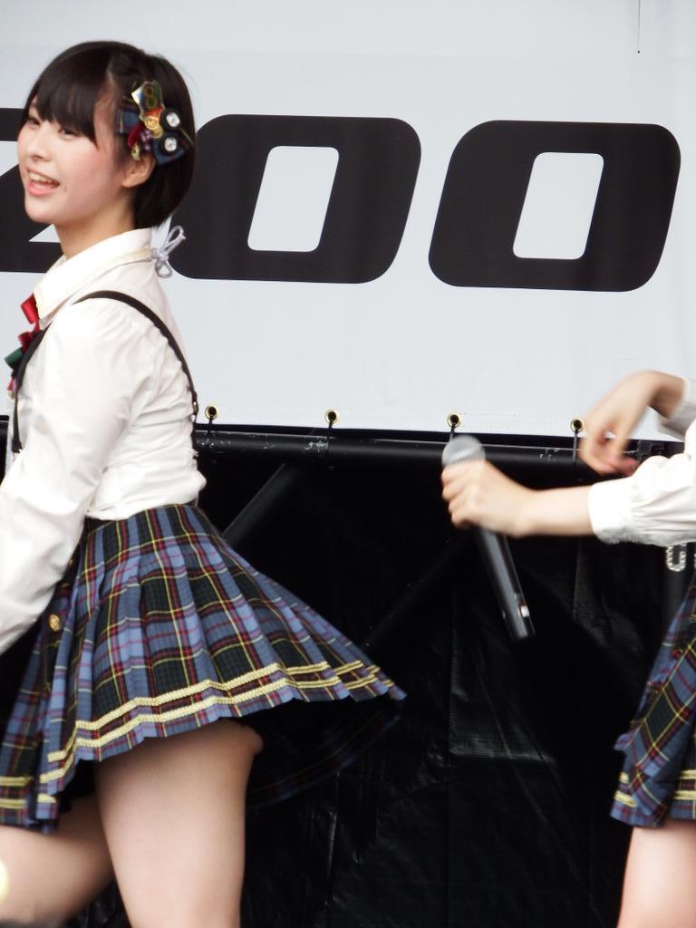 超ミニスカ衣装で見せパンからハミケツしてるAKB48・佐藤栞