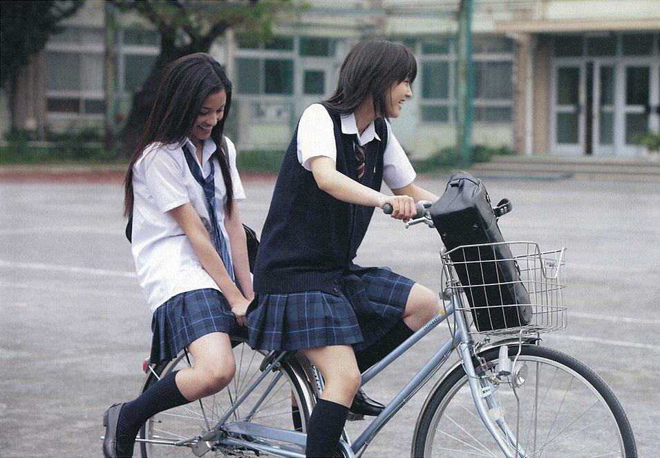 堀北真希と黒木メイサの写真集、自転車に2人乗りする堀北真希と黒木メイサ