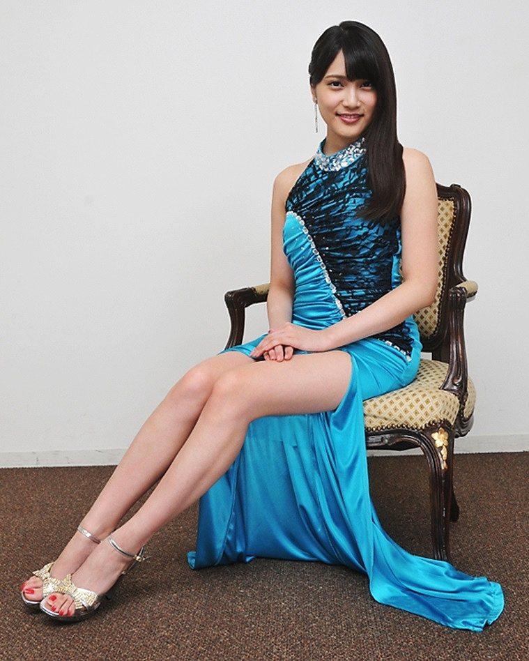 タイトなドレスを着て脚を露出した入山杏奈