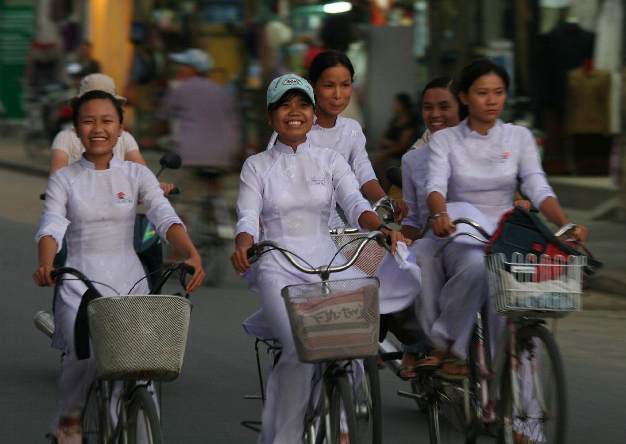 制服の白いアオザイを着たベトナムの女子高生