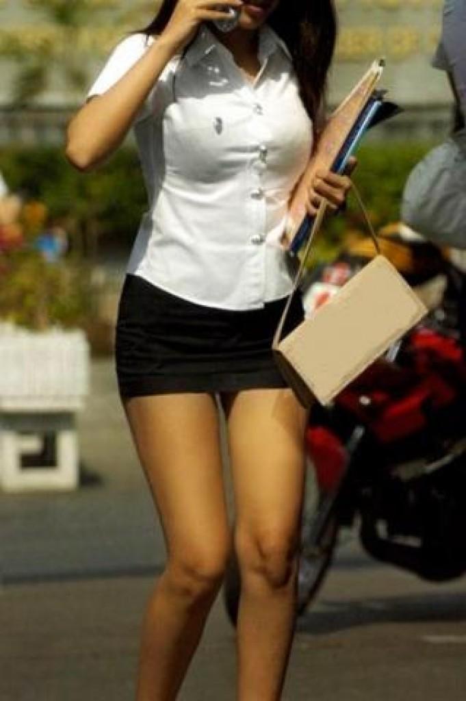 超ミニタイトスカートの制服を着たタイの女子高生