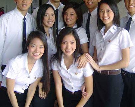 タイトスカートの制服を着たタイの女子高生