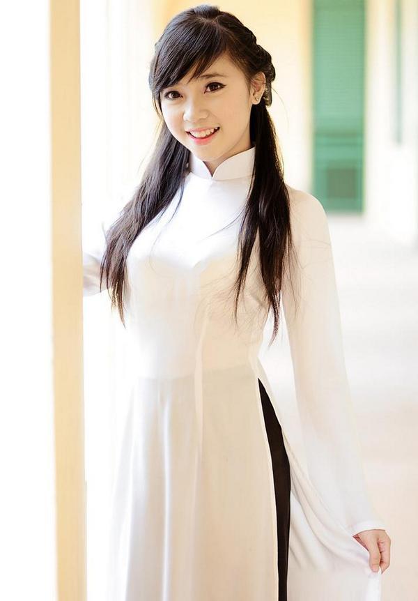白いアオザイを着た女性