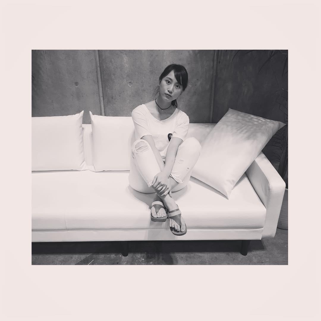 胸チラした日の松井玲奈の服装