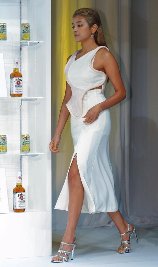 「ジムビーム シトラスハイボール缶」発売記念イベントに登場した大胆ドレスのローラ