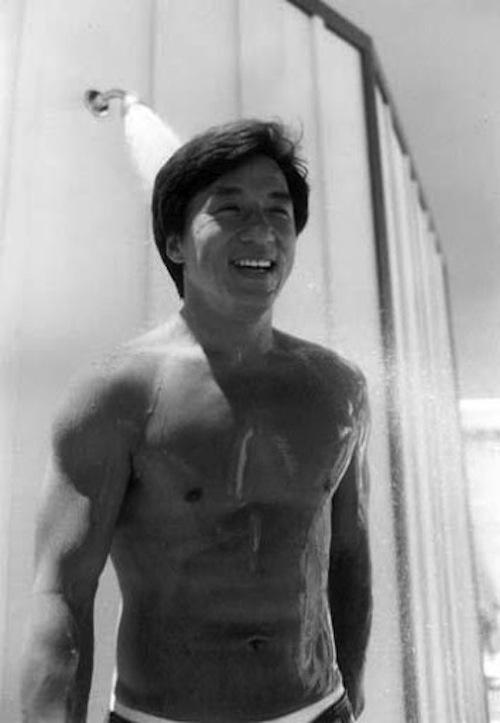 トップレスでシャワーを浴びるジャッキー・チェン