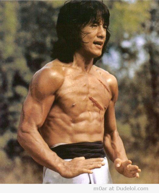 上半身裸のジャッキー・チェンの筋肉